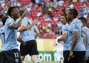Uruguay mete dos goles en menos de cinco minutos a Tahití