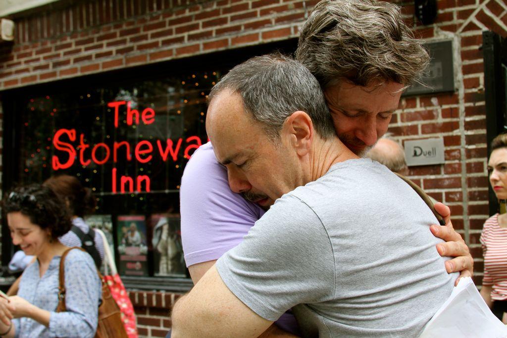 Gays de NYC festejan decisión del Supremo en Stonewall