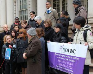 Avanza demanda de hispanas contra policía de NYC