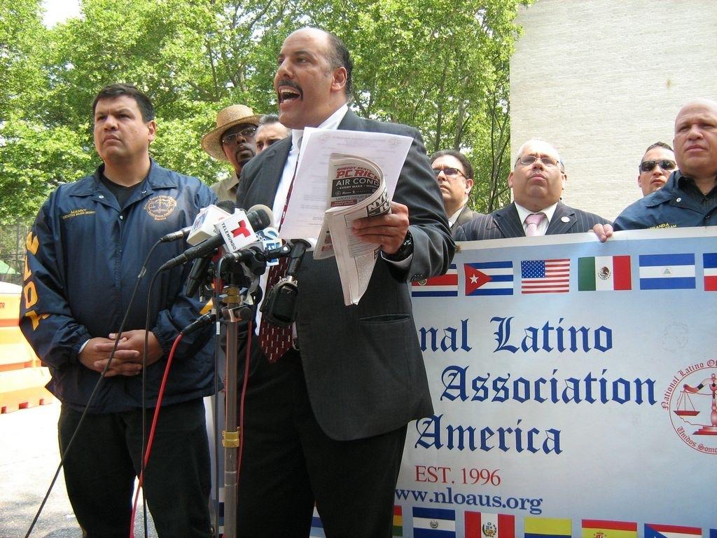 El presidente de la Asociación Nacional de Policías Latinos en Nueva York, Anthony Miranda, exigiendo trato justo hoy.