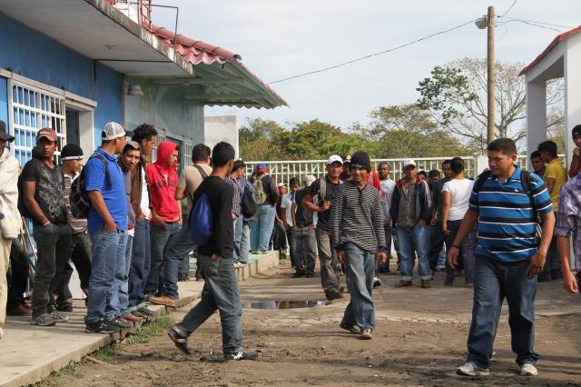 Legislador mexicano defiende a migrantes