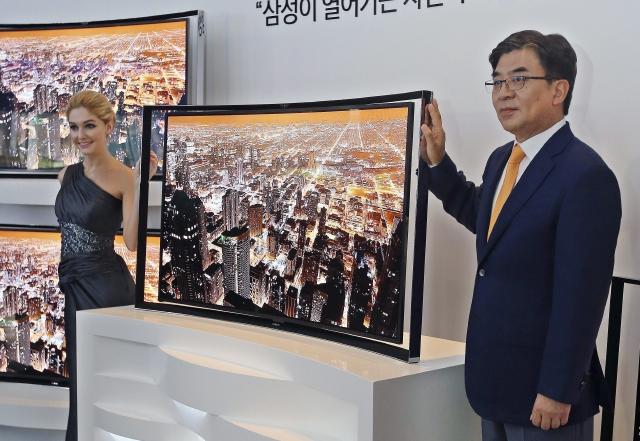 Samsung presenta televisor curvo con pantalla OLED