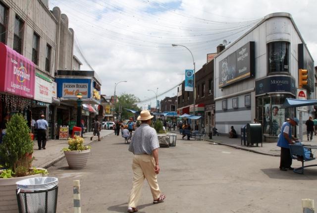 Paseo peatonal une la diversidad de Queens
