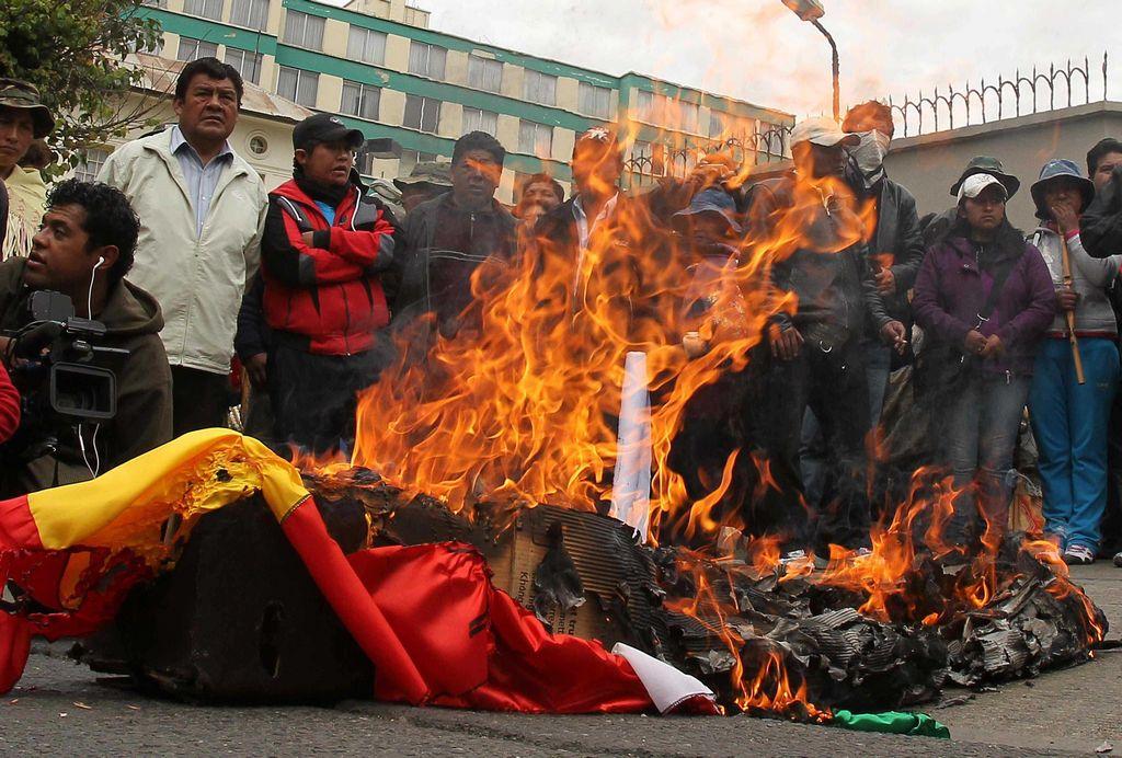 Simpatizantes de Evo Morales queman banderas estadounidenses