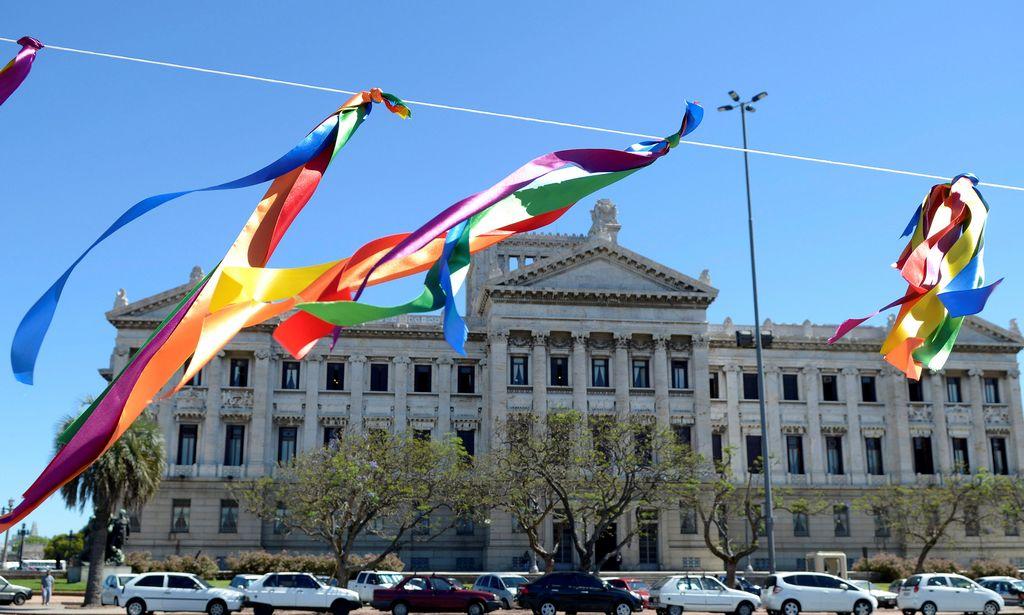 Banderitas del arcoíris que representan el orgullo gay son colgadas frente al Parlamento en Montevideo. Uruguay aprobó en abril una ley que legalizó los matrimonios gay en el país.