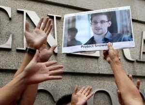 Snowden podría causar más daño, afirma Greenwald