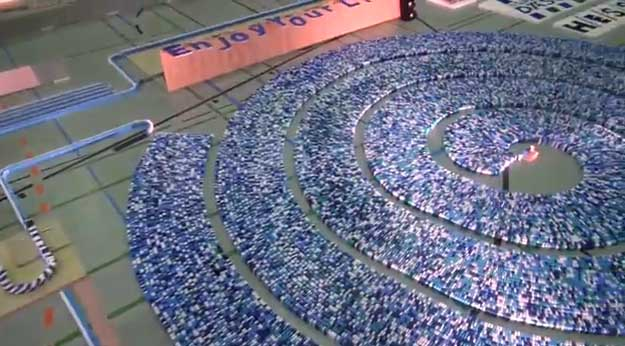 Espiral de 275,000 dominós bate récord Guinness en Alemania