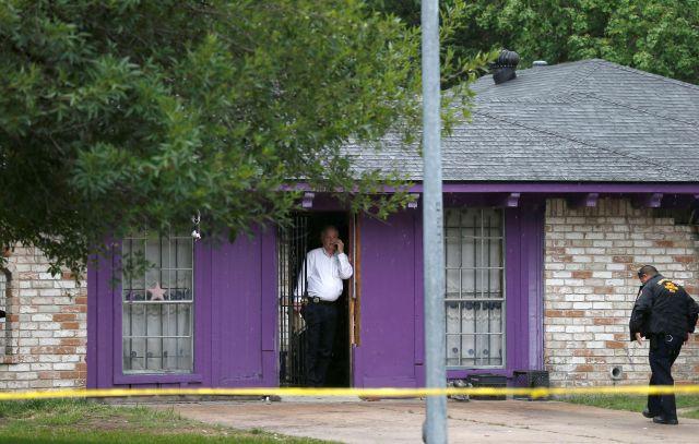Las autoridades investigan una casa en Houston, donde la policía dijo que cuatro hombres sin hogar se encuentran en condiciones deplorables.