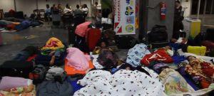 La misión de dormir en el aeropuerto para ver al Papa