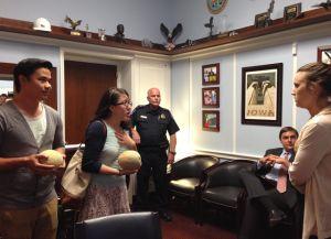 Jóvenes indocumentados llevan melones a Steve King