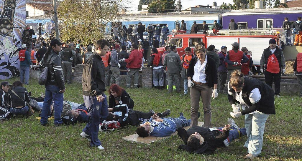 Socorristas atienden a los heridos en el accidente de trenes en Castelar, Argentina, reportado el pasado 14 de junio.