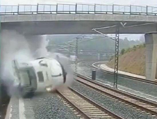 Imagen sacada del video que muestra el tren cuando se descarriló luego de tomar una curva a toda velocidad.
