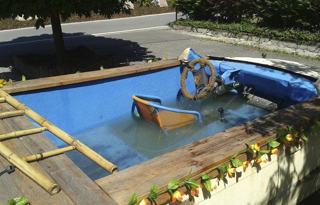 Los ocupantes saltaron del auto para ir al río cuando la policía descubrió la piscina rodante.