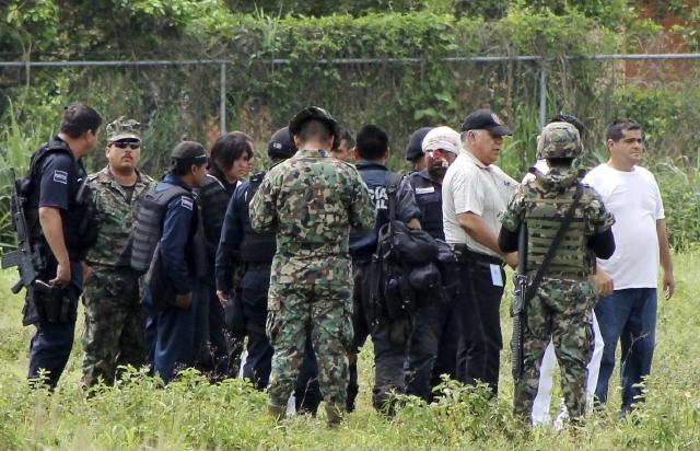 Agentes federales son trasladados al municipio de Lázaro Cárdenas, en Michoacán, luego de resultar heridos durante una emboscada por presuntos narcotraficantes.
