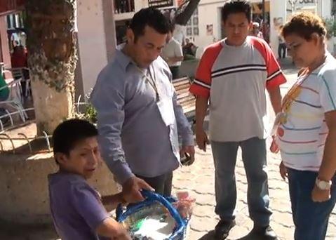 Juan Diego López (c) y Carmen Torres (d) enfrentan cargos criminales por agredir al pequeño Manuel (i).
