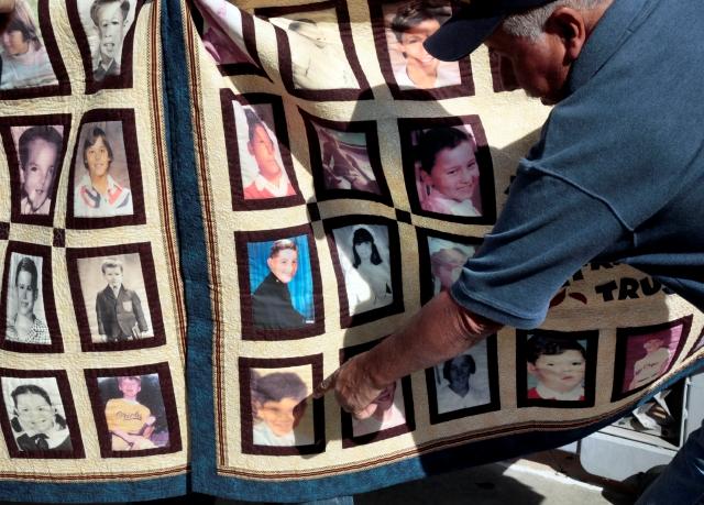 En febrero, víctimas de abuso sexual protestaron frente a la Catedral de Los Ángeles, pidiendo que se divulguen los archivos de curas pederastas. Manifestantes mostraron fotos de víctimas y sacerdotes que cometieron abusos contra ellos.