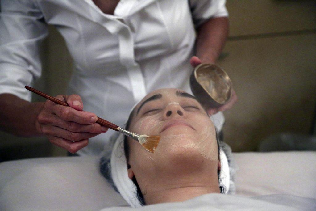 El excremento se mezcla con fibra de arroz y se aplica al rostro de los clientes que buscan un efecto rejuvenecedor.