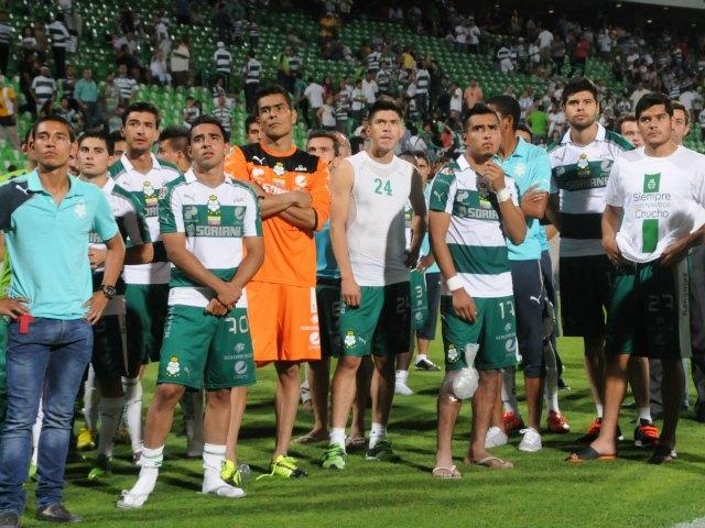 Los jugadores y directiva del Santos le brindaron un emotivo homenaje a Christian Benítez