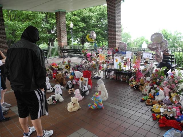 Numerosos peluches fueron agregados ayer al altar levantado en la escena de la tragedia, en West New York, Nueva Jersey, por la pequeña Ángela Paredes.