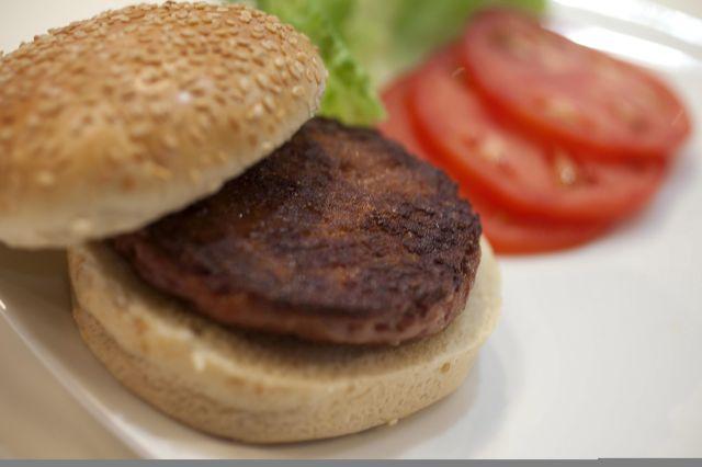 Crean primera hamburguesa artificial en Londres (fotos)