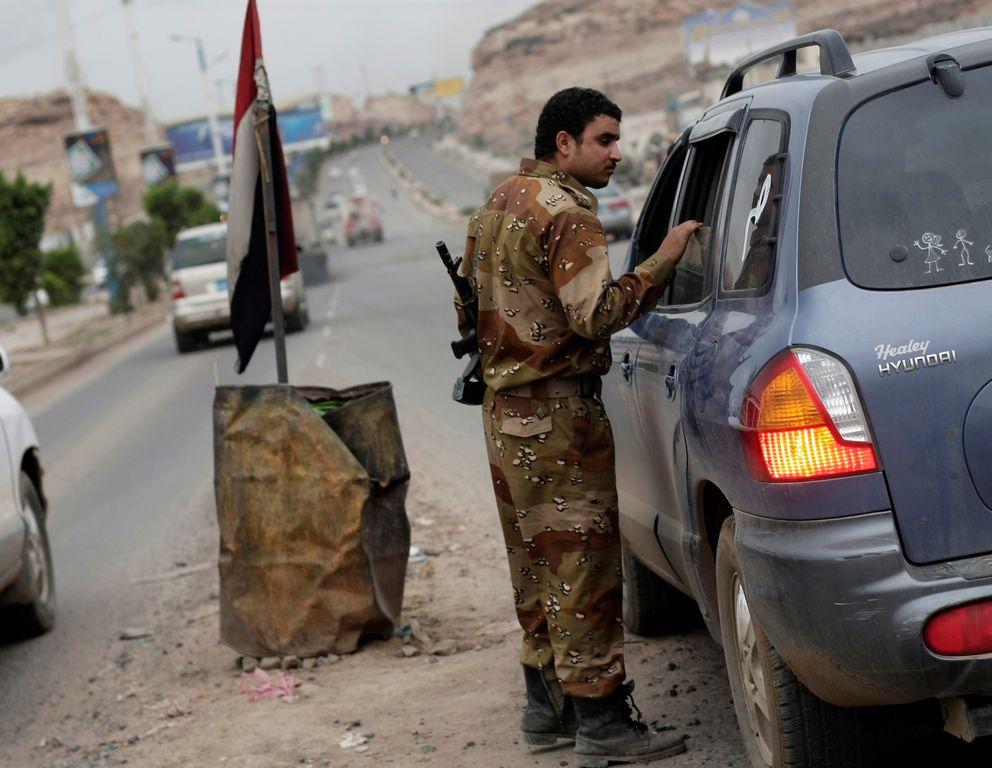 Un soldado de Yemen inspecciona un vehículo en un punto de chequeo en la embajada de EEUU en Sanaa.