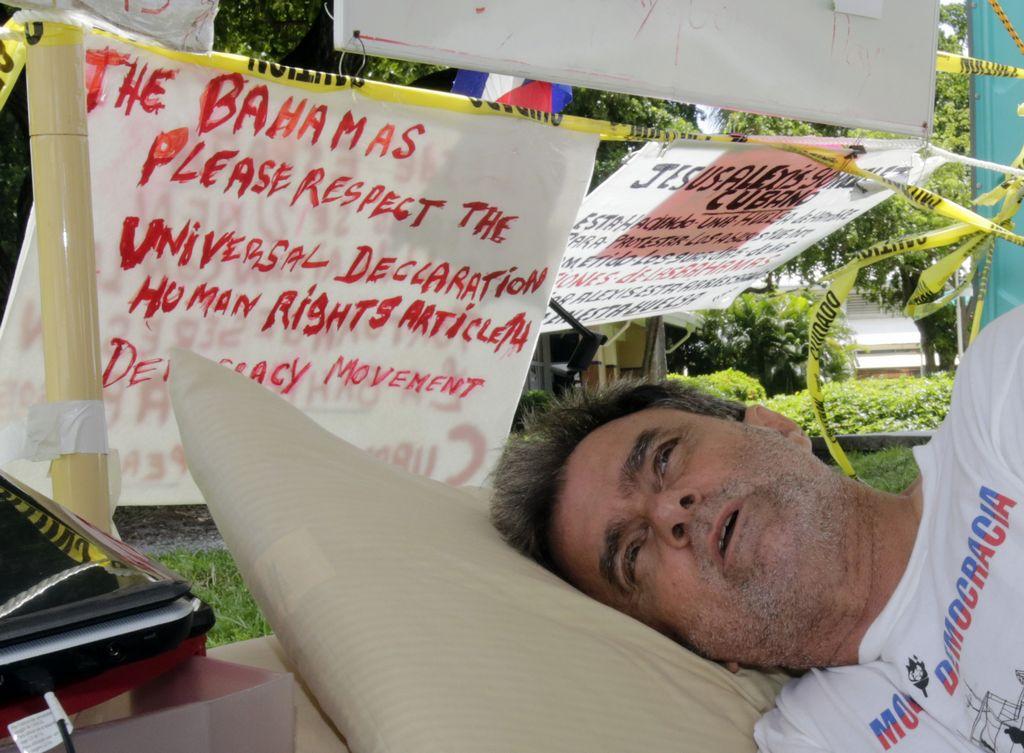 El activista Ramón Saúl Sánchez cumplió este martes su décimo segundo día de huelga de hambre en apoyo a los migrantes cubanos.