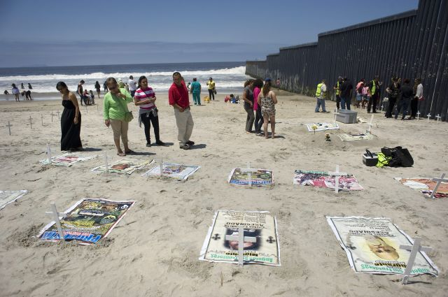 Con cruces presionan por la reforma migratoria