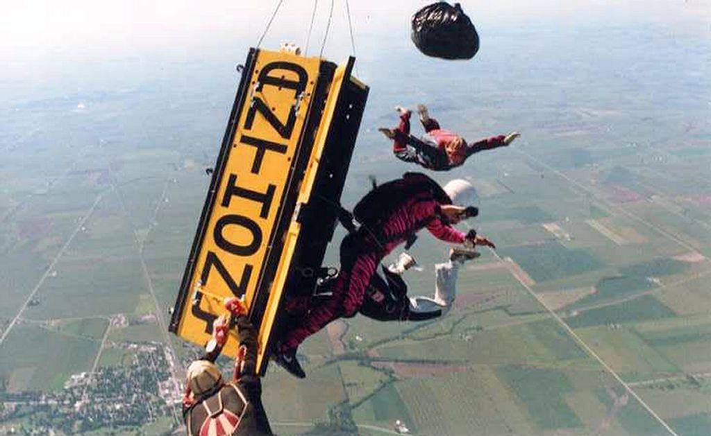 Escapa de ataúd a 14 mil pies de altura en Illinois (video)