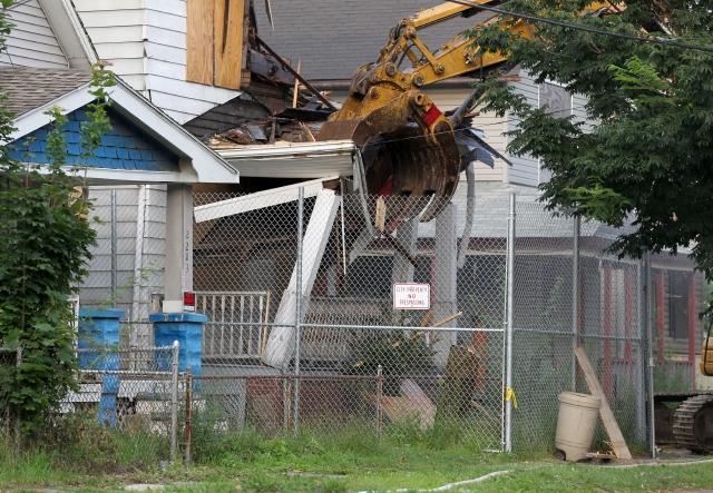 Ariel Castro mantuvo retenidas en esta casa de Cleveland y durante una década a tres mujeres. Ayer fue demolida.