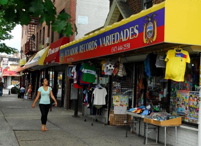 """Los artistas nacionales, desde Julio Jaramillo hasta Juan Fernando Velasco, los puede encontrar en """"Ecuador Records y variedades"""", uno de los puntos de ventas de productos de ese país."""