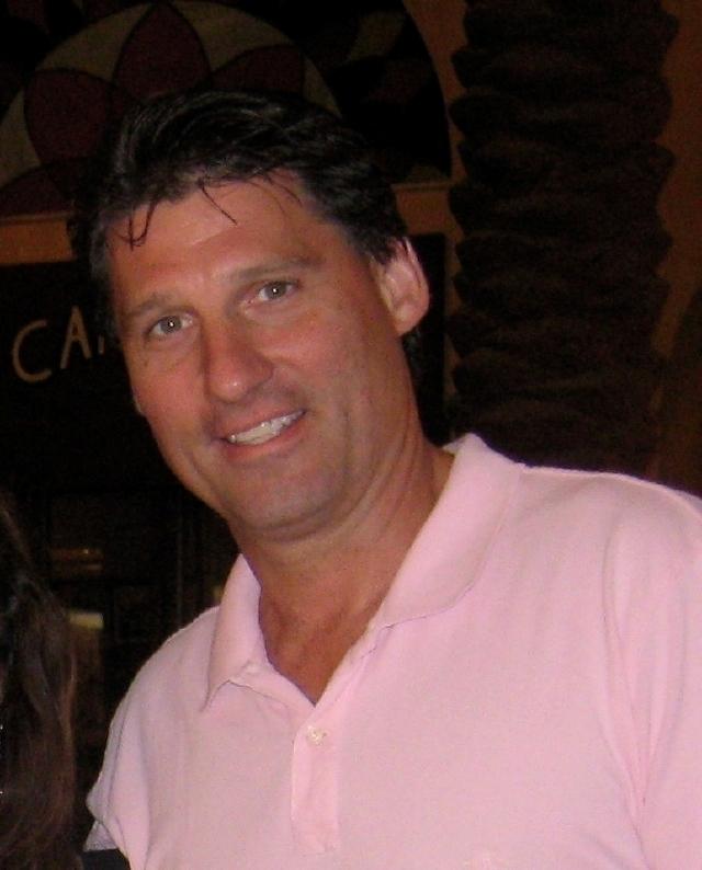 Robert Mayer tiene 46 años, el cabello marrón, ojos verdes, mide 6'1' y pesa 200 libras.