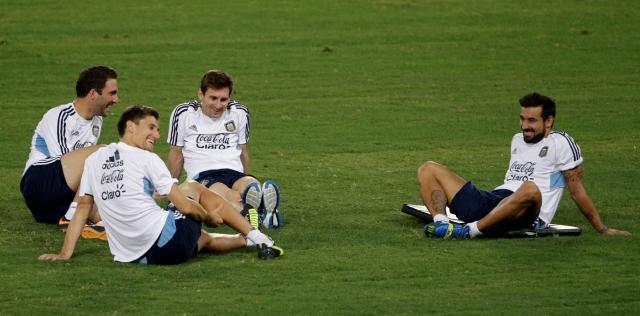 De izq. a der.: Higuaín, Fernández, Messi y Lavezzi, bromean durante un descanso del entrenamiento de la albiceleste ayer en el Estadio Olímpico de Roma.