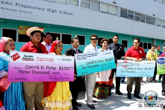 Enot Rubio (al centro, de negro) presenta el Torneo El Piche 2013. Se jugará el domingo en la High School West Adams.