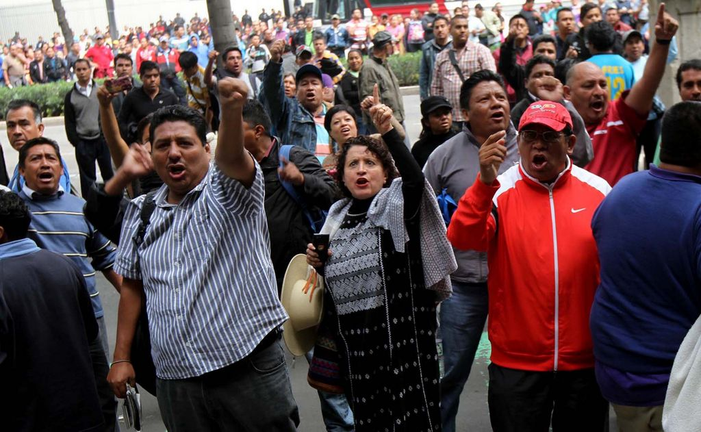 Maestros bloquean acceso a aeropuerto en México
