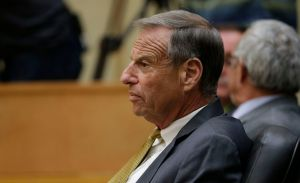 Alcalde de San Diego renuncia, pero sigue desafiante