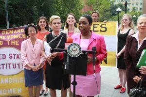 Mujeres en NYC reclaman más igualdad en la política