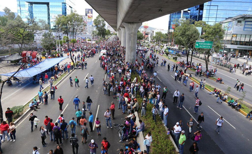 Maestros bloquean acceso a televisoras en México