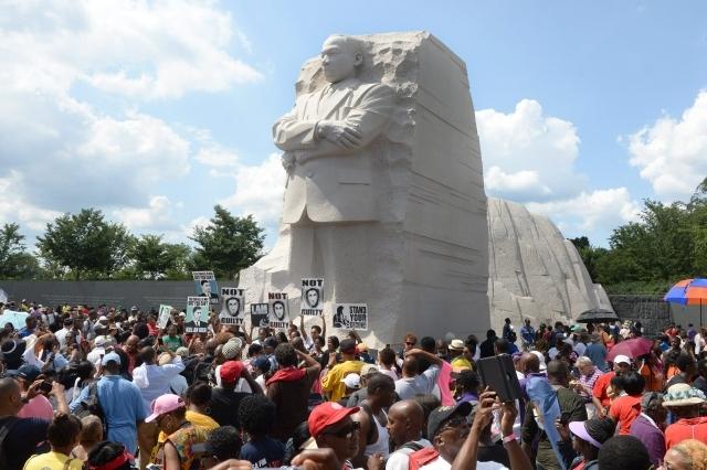 La multitud se reúne en la Piedra de Esperanza, del monumento de recordación a Martin Luther King Jr. en Washington.
