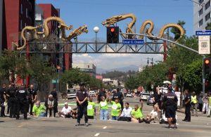 Arrestan a 21 en protesta contra Walmart en Los Ángeles