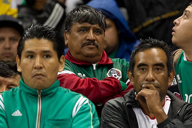 Afición mexicana con rostros incrédulos ante el fracaso de su equipo ante Honduras en su propio terreno.