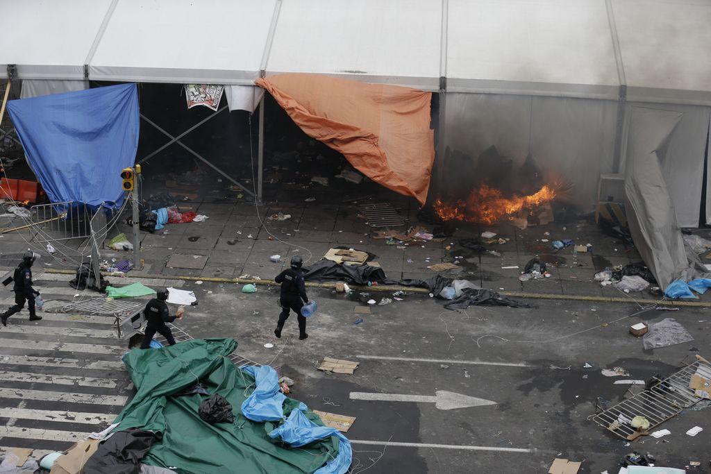 La foto da testimonio de la violencia desatada en el lugar.
