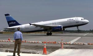 Pasajeros de JetBlue sufren retrasos por falla en sistema