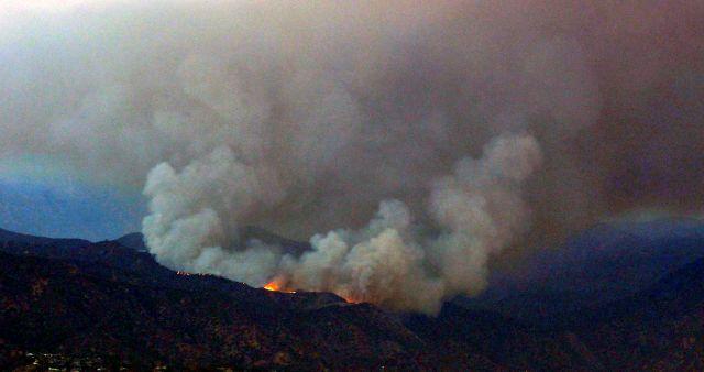 Desalojan residentes de Azusa por fuego forestal