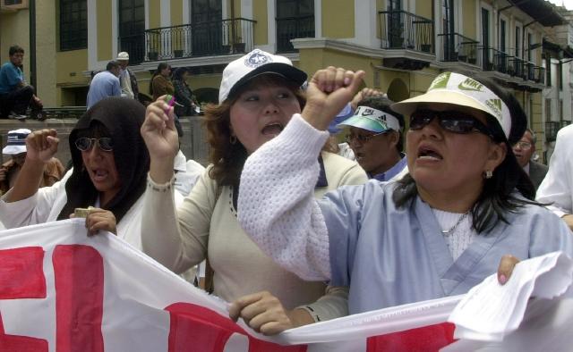Se oponen a doctores cubanos en Ecuador