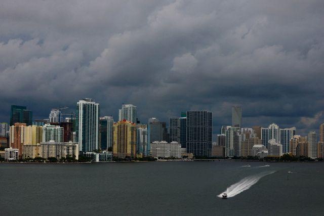 """""""Karen"""" pasaría por Florida como huracán el sábado"""