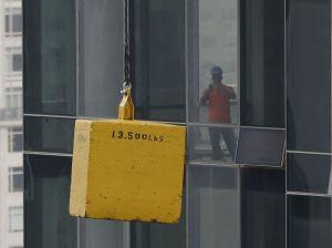 Bajan 13 mil libras de concreto de grúa averiada en Manhattan