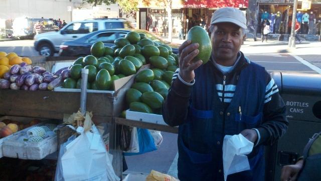 Joselito Cabrera ofrece la mejor fruta en Fordham Road