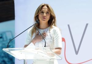 Jennifer López muestra temor a actrices jóvenes en 'Los 33'