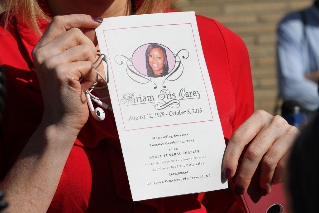 Una amiga de Miriam Carey muestra una foto en recordación de la mujer.