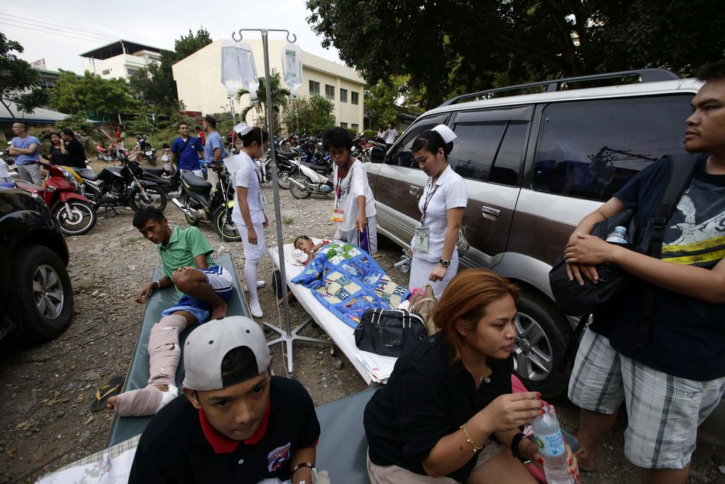Los heridos reciben los primeros auxilios en plena calle.